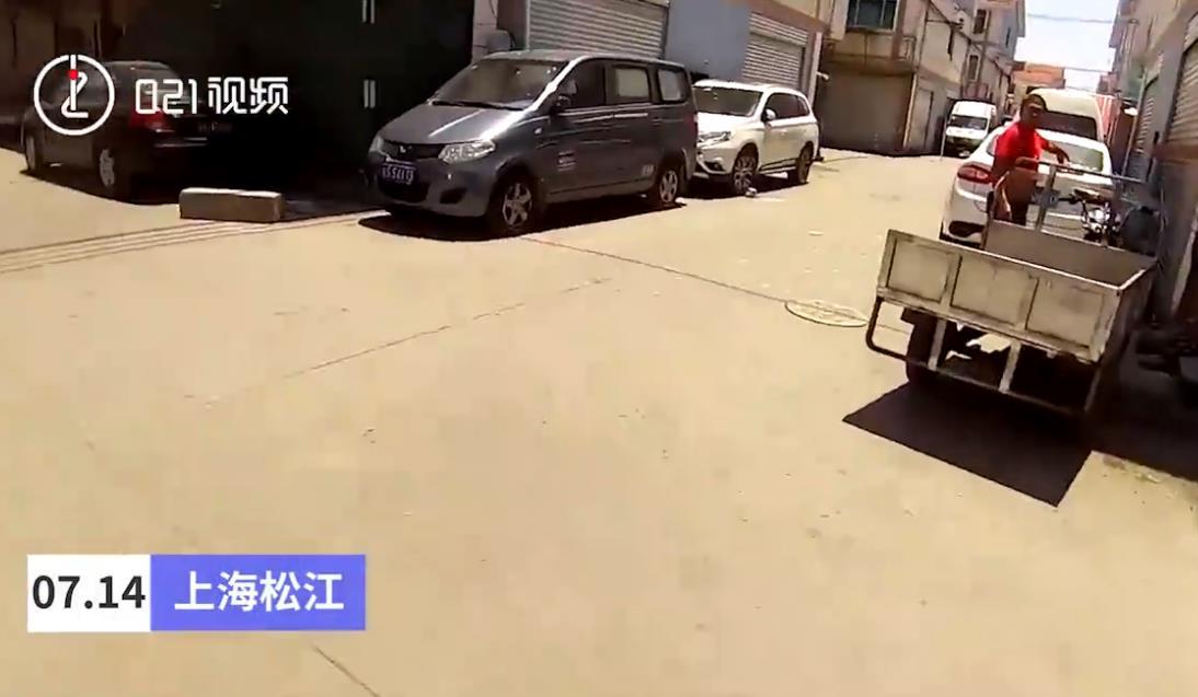 不满车辆停店门口 老太高空抛重石膏板砸车被刑拘