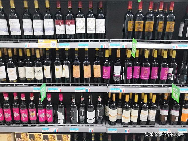 买红酒时,不管什么牌子,只要瓶子上带COPY英文的,多半是假红酒