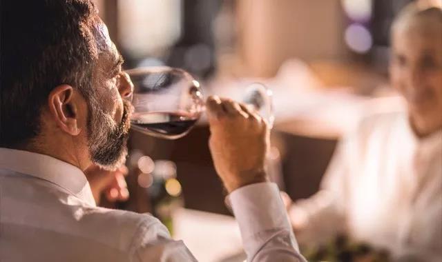 肝脏一天能承受多少酒?