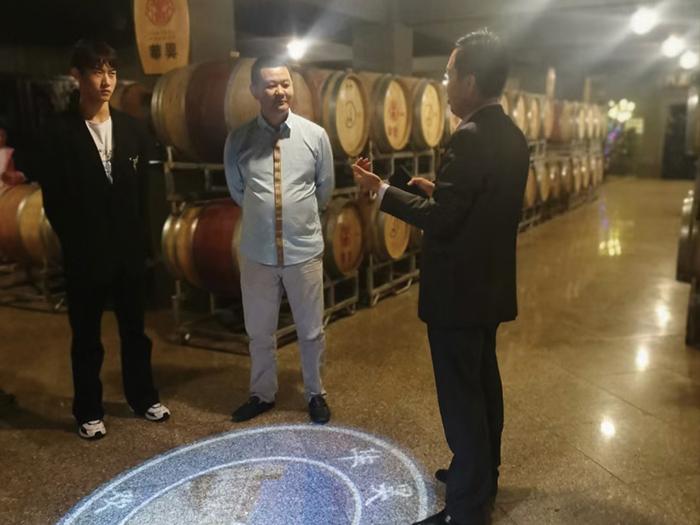 五一假期,各地客户来到华昊酒庄考察体验