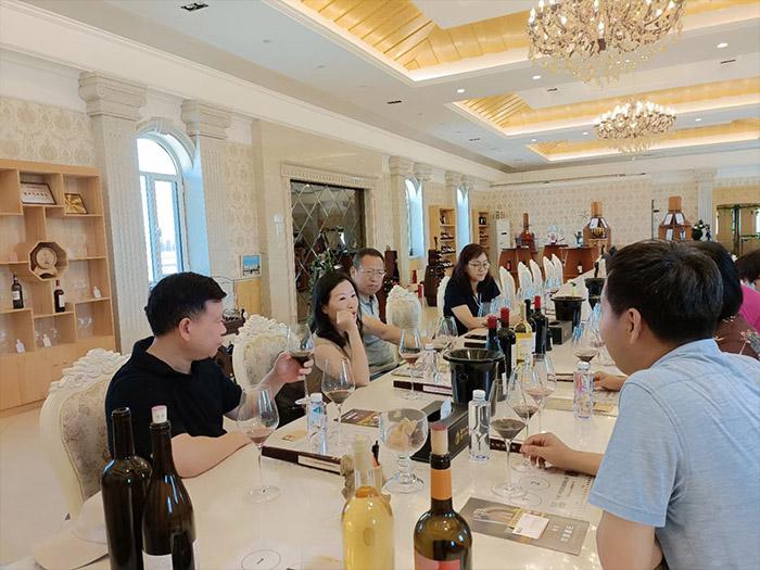 上海北连生物科技有限公司董事长王晋源一行9人来到#华昊酒庄 进行实地考察
