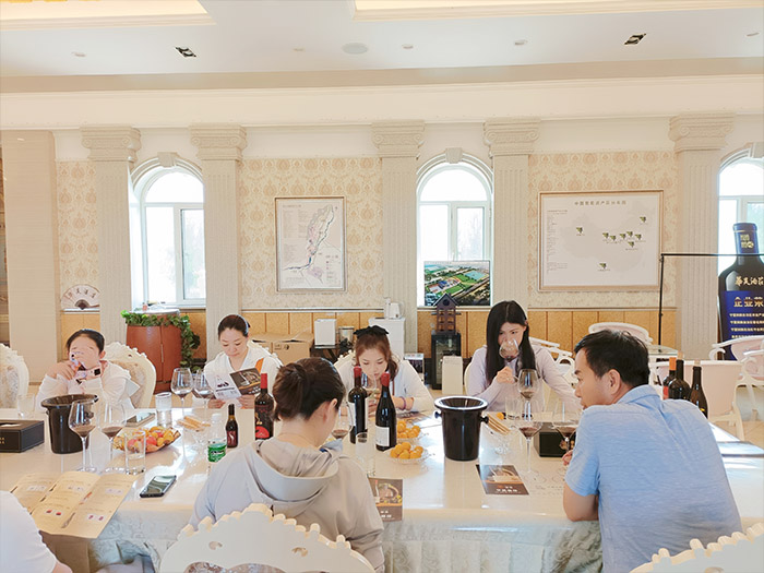 宛融主播团队一行8人来到了华昊酒庄,现场直播销售贺兰山东麓葡萄酒