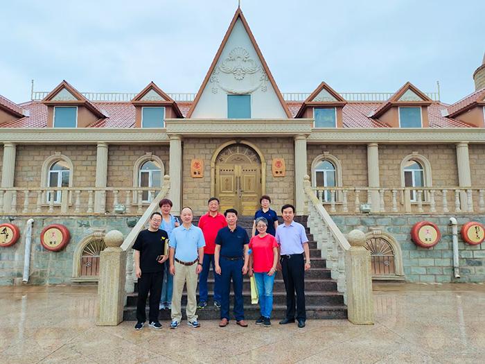 中国葡萄酒业内大咖们在自治区葡萄酒联合会来华昊酒庄参观交流