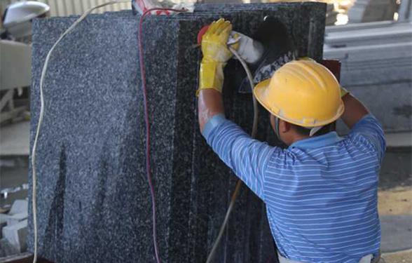 冰花蓝石材加工区异型打磨