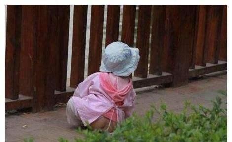 小宝宝穿开裆裤