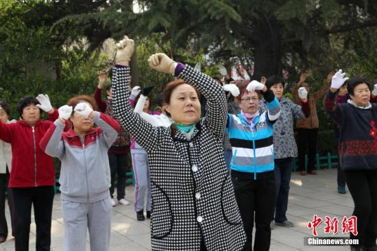 """广场舞获政策力挺有望被""""扶正"""" 网友忧公共用地被占"""