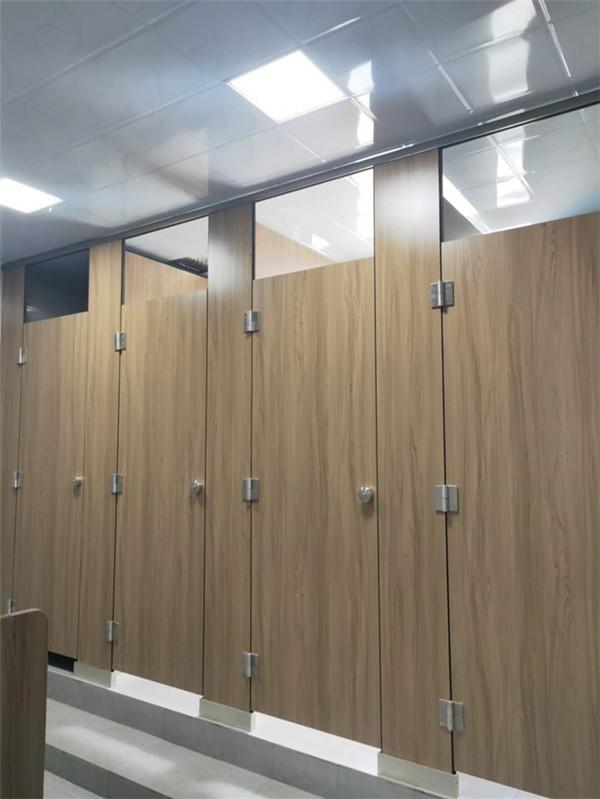 商场公共厕所隔断门都是留空的,难道别有用意?