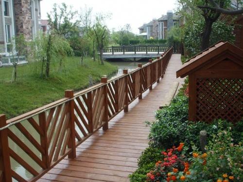 在线解疑:如何预防白蚁腐蚀防腐木栏杆?