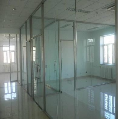 在卫生间安装玻璃隔断门需要考虑哪些因素?