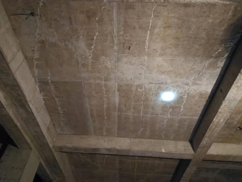 房顶楼板出现裂痕安全吗?这需要进行四川裂缝处理