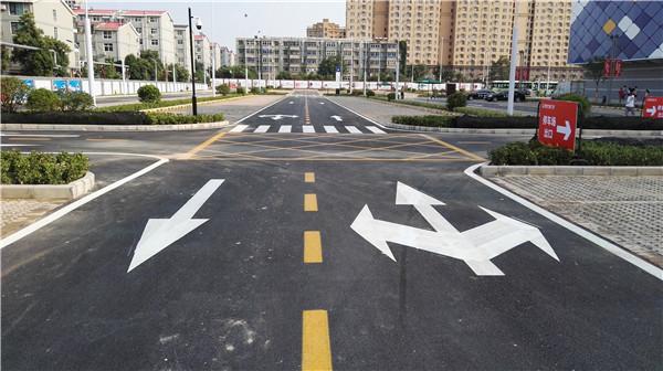 河南道路划线公司告诉你道路交通标线按功能可分为以下三类: