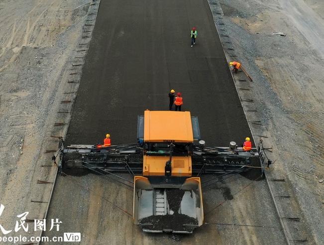 2020年7月16日,塔克拉玛干沙漠公路建设忙