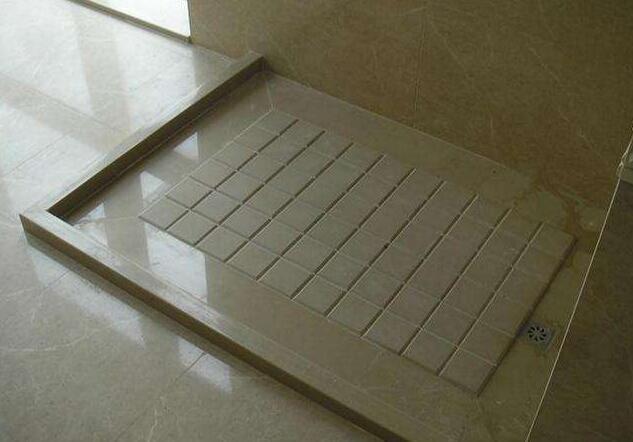 """西安淋浴房别做斜坡了,装""""四边排水""""很好用"""