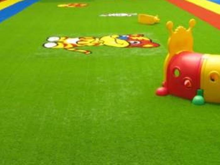 幼儿园如何选择人造草坪?幼儿园人造草坪特点是什么?