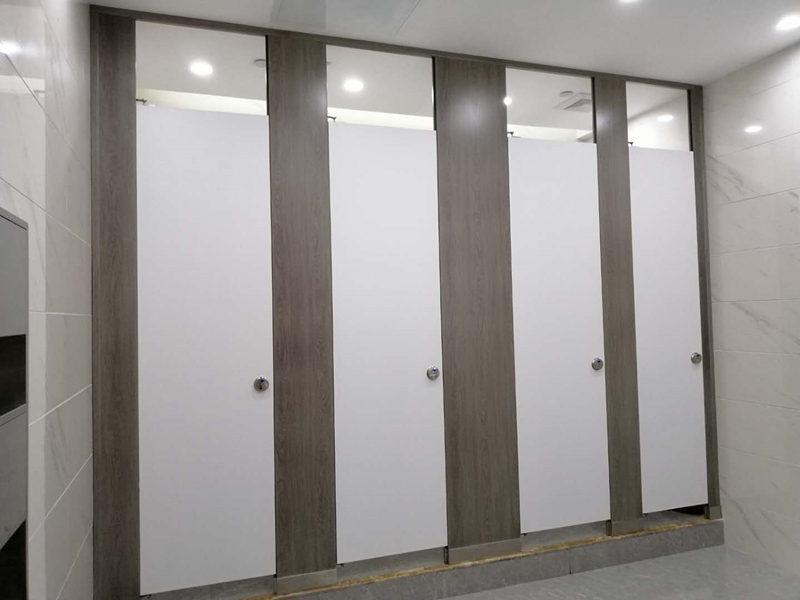 制作卫生间隔断时需要注意那些地方?跟西安卫生间隔断厂来了解吧