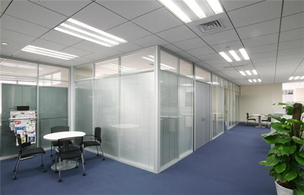 玻璃隔断利用好光线,与室内色彩的搭配,给人简约,现代的美感