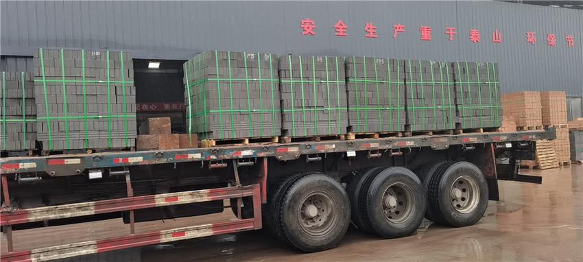 陕西青灰陶砖运输装车过程中