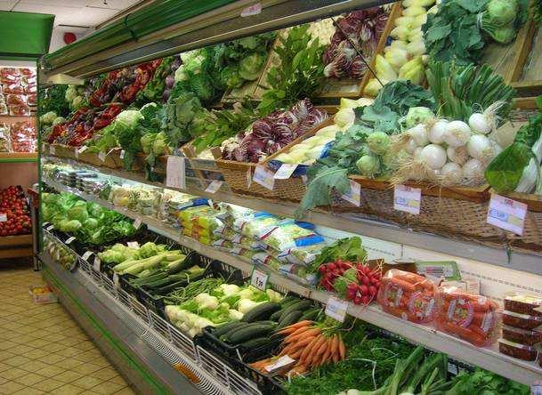 山東臨沂:時令優勢蔬菜上市,消費者的菜籃子明顯多了。