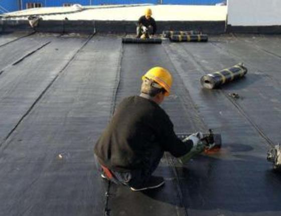 在屋面防水堵漏过程中,首要问题就是避免和处理屋面渗水漏雨情况