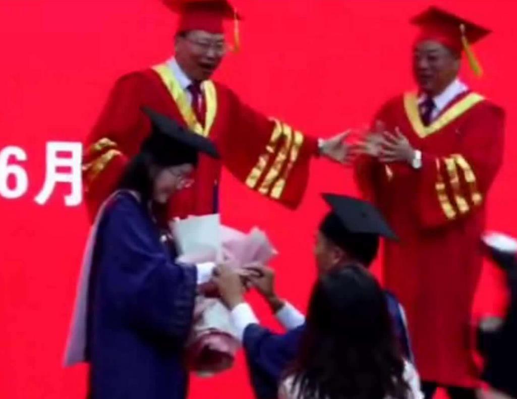 宁大毕业典礼上出现浪漫一幕 男生冲上台向女友求婚