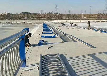 为海石湾提供桥梁护栏网安装工程