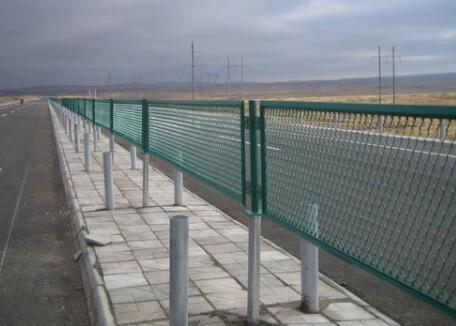 高速公路护栏网损坏的主要原因