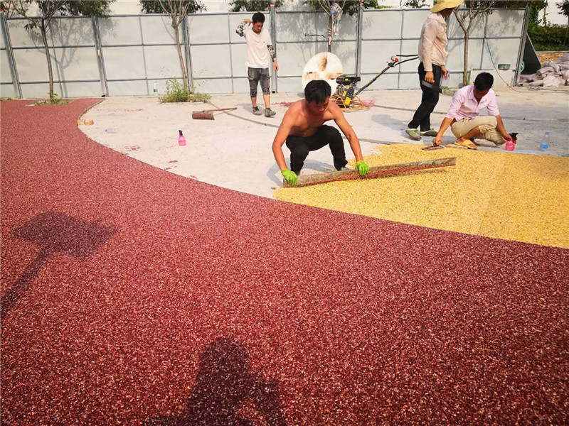咸阳施工中的透水胶粘石地坪