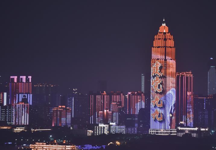 2020年7月1日晚,武汉长江灯光秀为广大市民游客带来光影盛宴