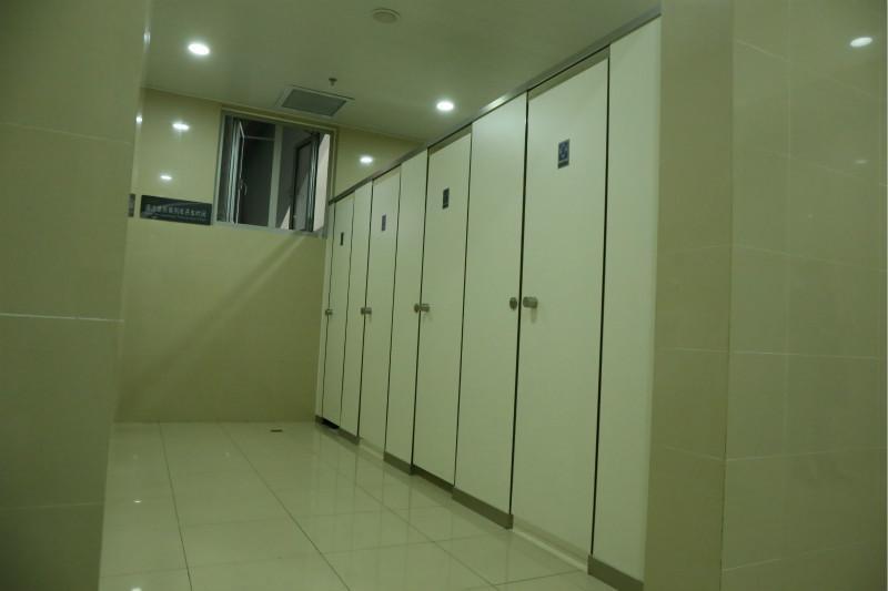 成都车站卫生间隔断