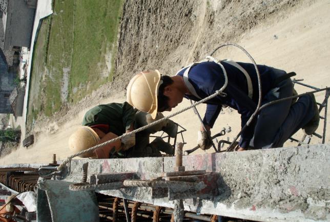钢模板混凝土防撞护栏的施工流程