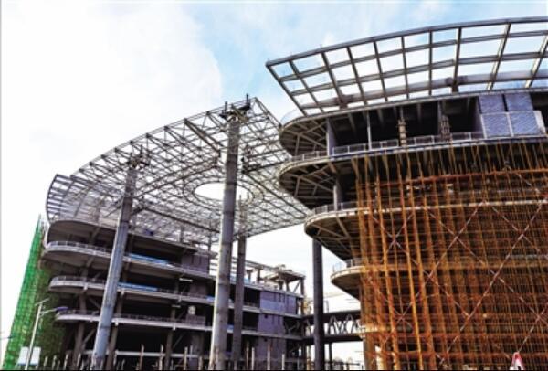 呼和浩特市文化客厅首块钢结构独立飘板吊装成功