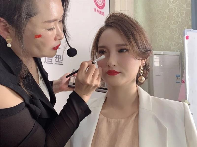 南阳化妆学校公开课—— 专给明星化妆的老师为你讲课!