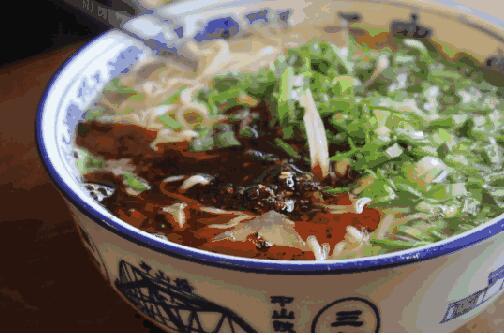 牛肉面制作的一道重要工序,添加辣椒很关键