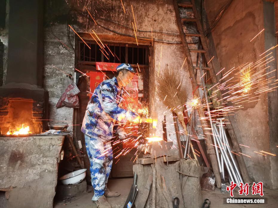 传统打铁匠的坚守:炉火人生 铁花相伴