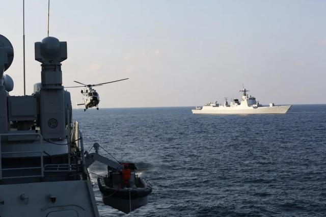 海豚群伴航海军