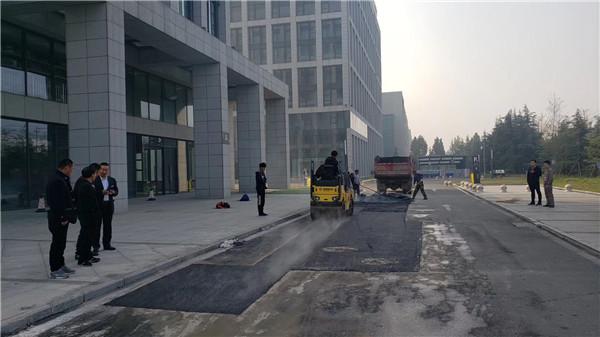 河南冷补沥青厂家从材料生产到施工一条龙服务