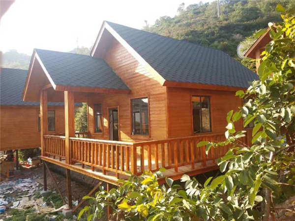 虽然宜昌防腐木木屋的材质提升了防火性,但在搭建的过程中仍然要做好防火工作