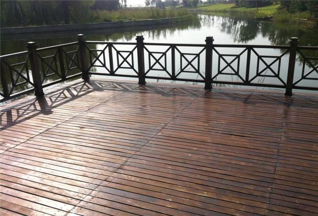 大多木结构建筑里铺设的地板都是由防腐木木材铺设而成,一般有三种铺设方法