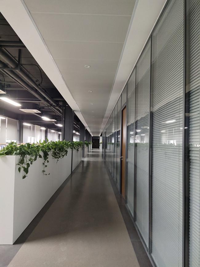 浅谈办公室玻璃隔断在设计中的重要性