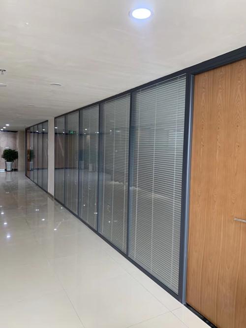 办公室装修设计常用的玻璃隔断,让我们一起来看看!
