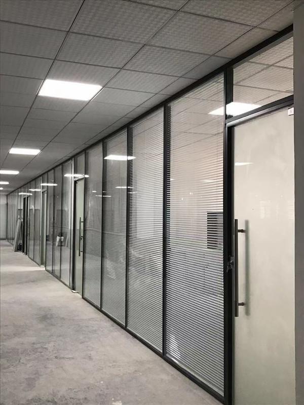 办公室装修设计中的玻璃隔断是什么价位?世纪美通为您详解!