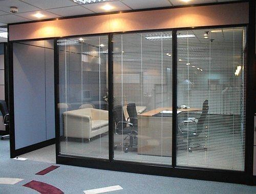 办公室装修的玻璃隔断种类有哪些?如何选择系统隔断?
