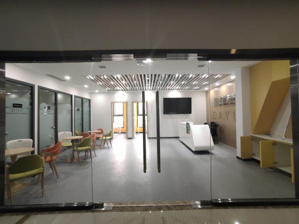 成都成品玻璃隔断在办公室装修中的5大优势