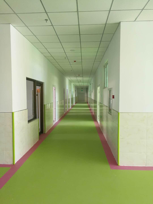 免抹灰粉刷后的幼儿园楼走廊