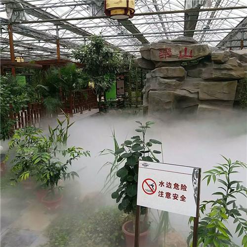 温室造雾降温加湿,撒药施肥
