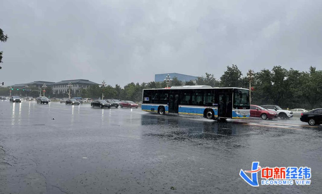 北京暴雨仍刷屏!31条公交线路停驶,两机场航班大面积取消