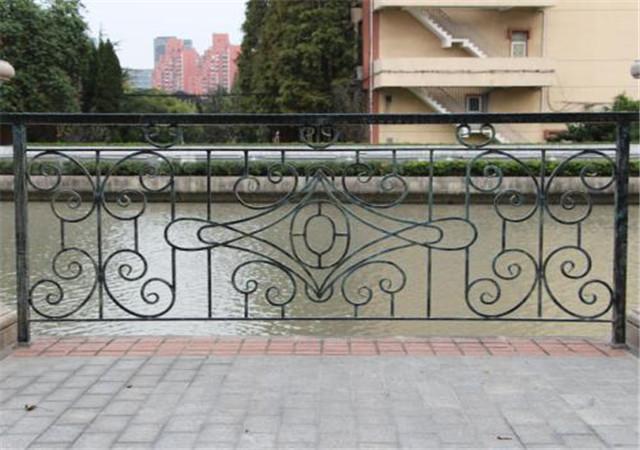 西安室外铁艺护栏注意事项有什么?