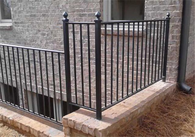 关于铁艺围栏的维护保养常识的介绍