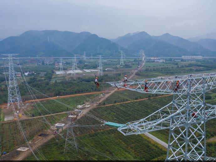 8月28日,杭州亚运会配套500千伏窑杭线迁改工程停电施工即将完成