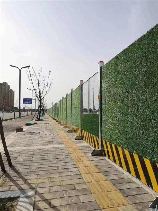 恒易迈小编分享市政围挡与小草围挡优缺以及围挡常用绿色原因